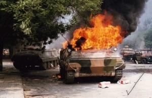 горящий танк (Под Славянском сбиты украинский истребитель и вертолет, подбита бронетехника)
