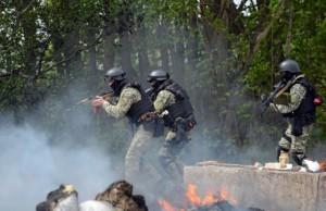 укровойска (По созданному Киевом «гуманитарному» коридору без обстрелов проехать не удастся)