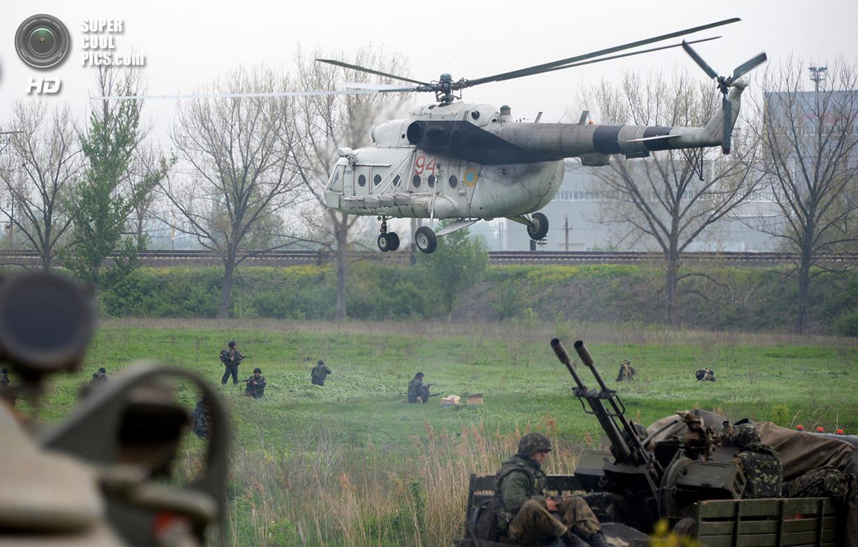 Украина. Андреевка, Донецкая область. 2 мая. Украинские солдаты укрепляются в 7 км от Славянска. (Vasily Maximov/AFP/Getty Images)