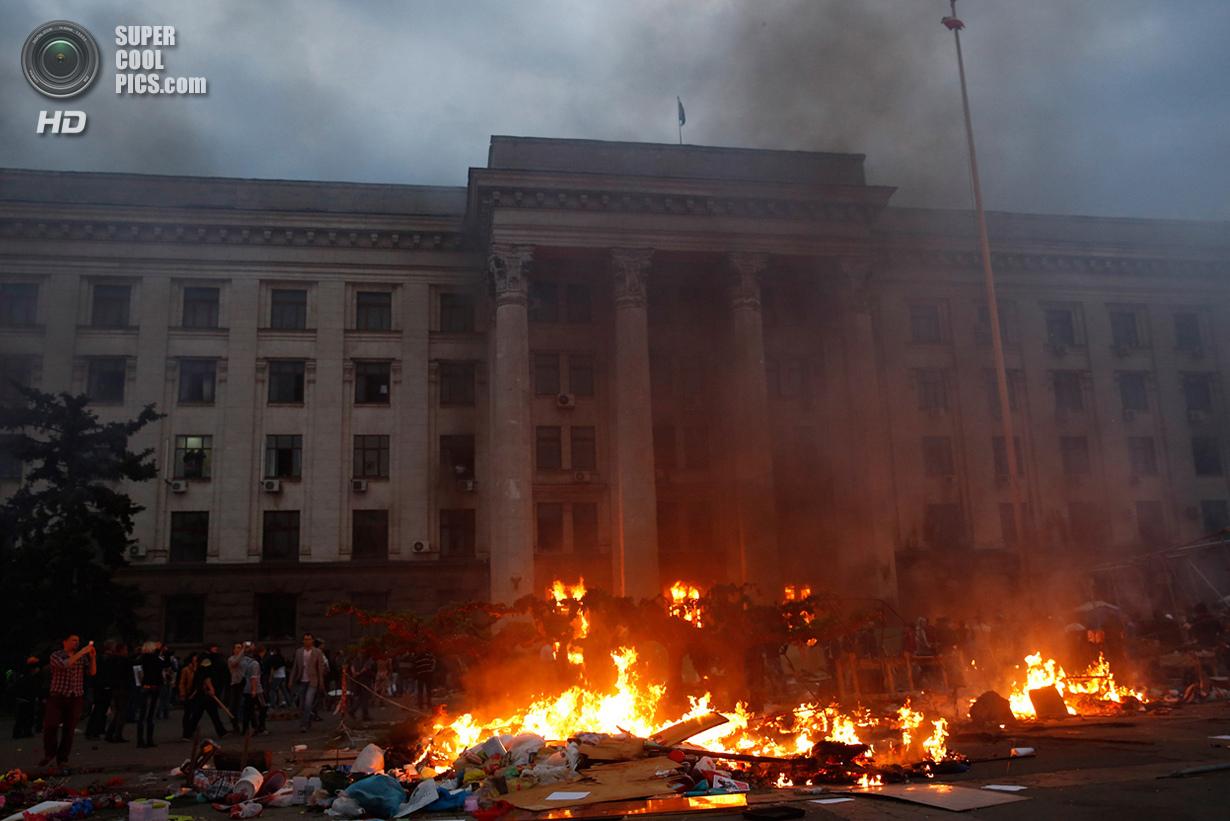 Украина. Одесса. 2 мая. Сожжение палаточного городка сторонников федерализации у Дома профсоюзов. Более 40 человек погибло в огне, не имея возможности выбраться из горящего здания. (Reuters/Yevgeny Volokin)