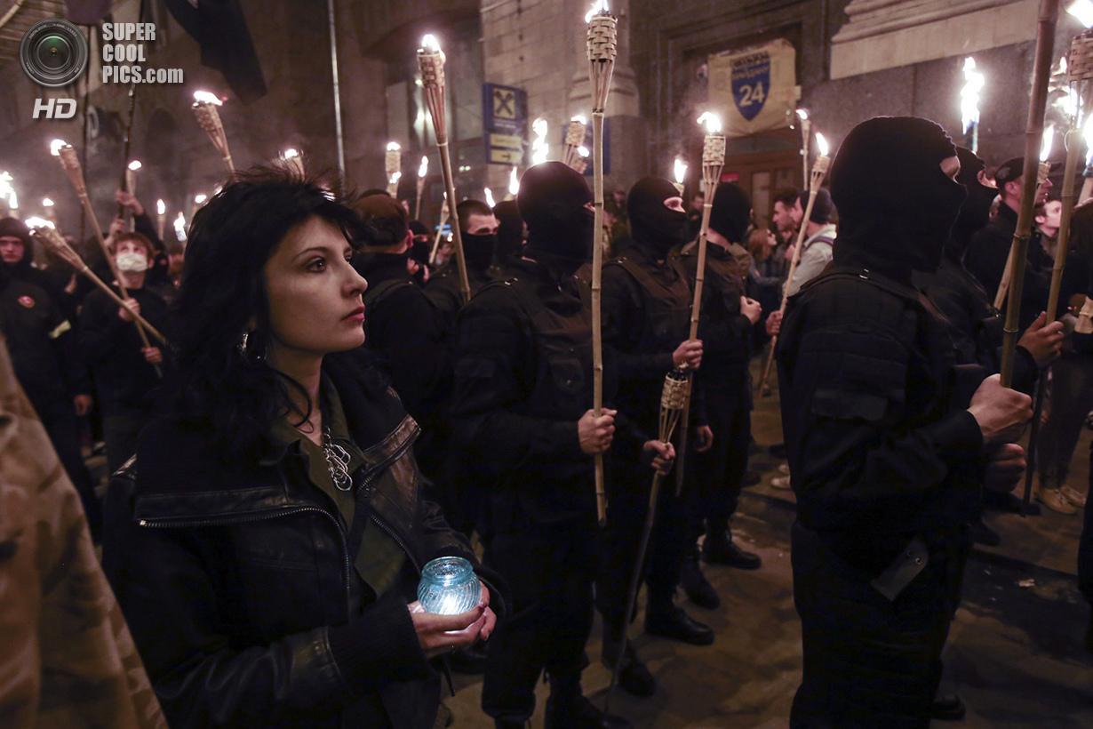 Украина. Киев. 29 апреля. Факельное шествие в память о погибших активистах. (Reuters/Konstantin Grishin)