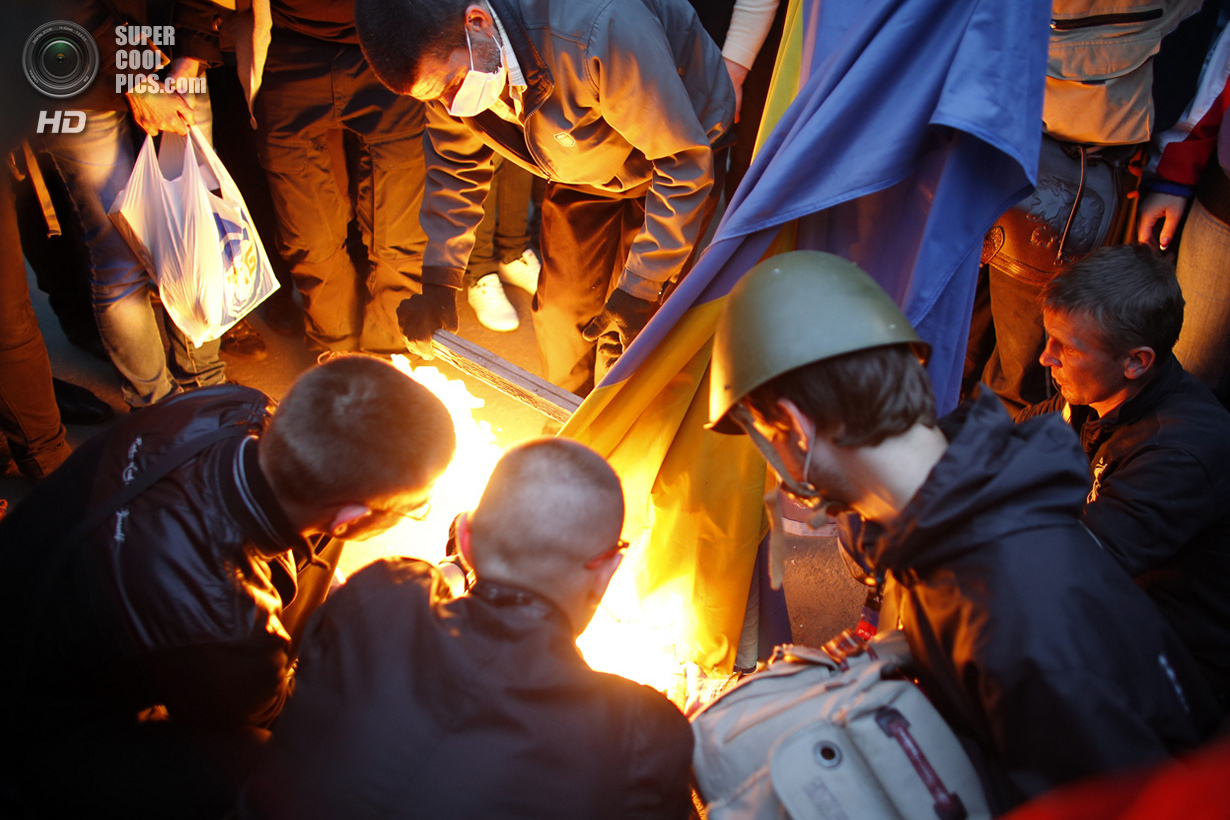 Украина. Донецк. 4 мая. Сторонники федерализации сжигают национальный флаг Украины. (Reuters/Marko Djurica)