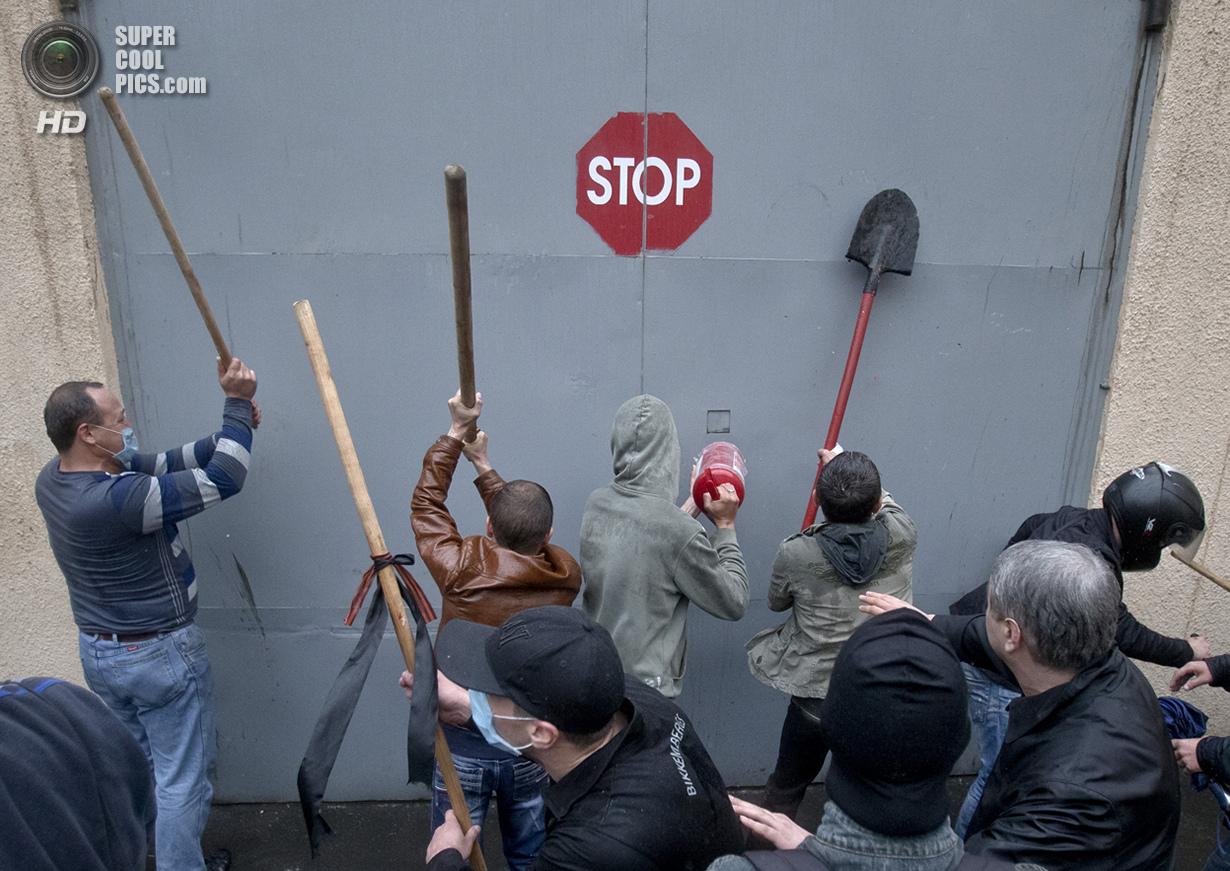 Украина. Одесса. 4 мая. Сторонники федерализации штурмуют ворота отдела милиции. Под их давлением было освобождено несколько человек, задержанных милиционерами во время стычек 2 мая. (AP Photo/Vadim Ghirda)