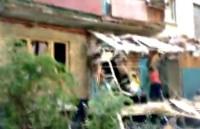 Украинский снаряд насквозь пробил многоквартирный дом в Луганске (Украинский снаряд насквозь пробил многоквартирный дом в Луганске)