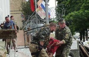 2E5bFTQsuF4 (Украинские войска обстреляли ракетами сквер с гуляющими людьми)