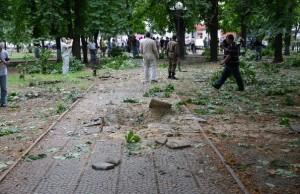 Q_PqHMzpmrQ5 (Украинские войска обстреляли ракетами сквер с гуляющими людьми)