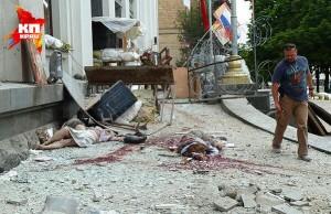 iEiBEItGNAM1 (Украинские войска обстреляли ракетами сквер с гуляющими людьми)
